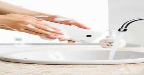 این گوشی هوشمند را به راحتی با آب و صابون بشویید!